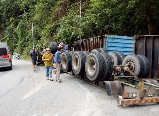 Container lao vào vách núi, người dân đập cửa cứu tài xế - Ảnh 2.