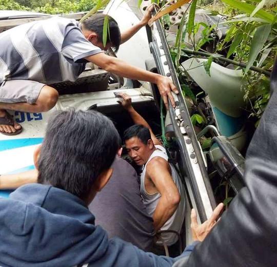 Container lao vào vách núi, người dân đập cửa cứu tài xế - Ảnh 3.