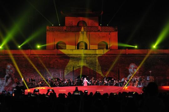 Mỹ Tâm đốt cháy sân khấu Hoàng Thành Thăng Long - Ảnh 1.