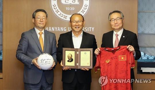 HLV Park Hang-seo nhận giải của đại học Hanyang - Ảnh 2.