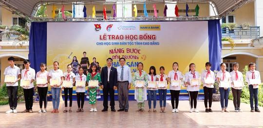 Nam A Bank mang học bổng đến học sinh dân tộc thiểu số tỉnh Cao Bằng - Ảnh 1.