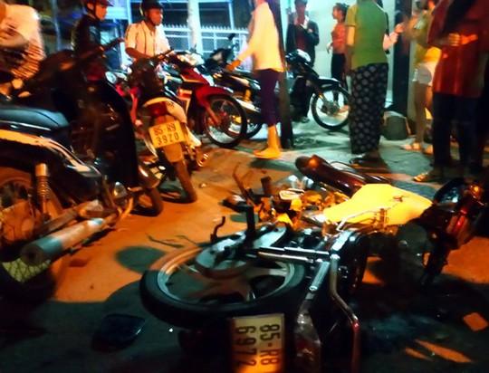 Xe con tông không ngừng nghỉ 2 xe máy, 3 người nguy kịch - Ảnh 3.