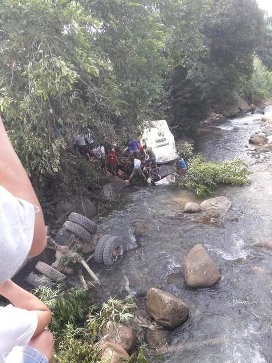 Tai nạn thảm khốc xe bồn tông xe khách xuống vực: 11 người chết, 4 người bị thương - Ảnh 2.