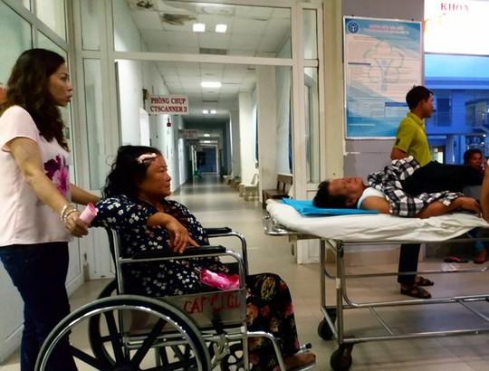 Tránh xe máy, xe khách bị lật, hơn chục người bị thương - Ảnh 2.