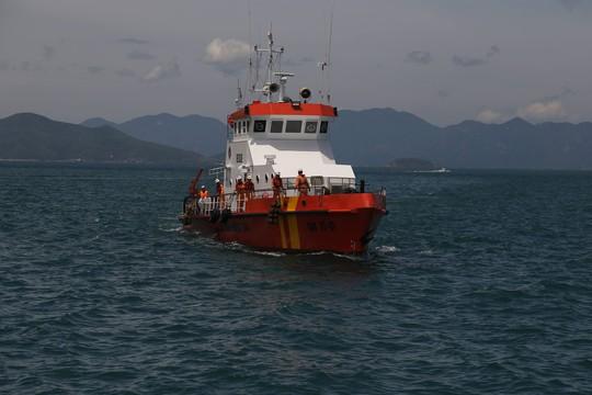 Cả tàu cá 10 ngư dân nguy kịch vì bị ngộ độc giữa biển - Ảnh 1.