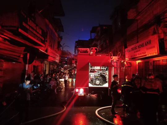 Cháy lớn gần Bệnh viện Nhi Trung ương, khẩn cấp sơ tán bệnh nhân - Ảnh 3.