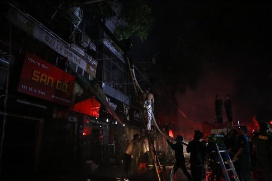 Cháy lớn gần Bệnh viện Nhi Trung ương, khẩn cấp sơ tán bệnh nhân - Ảnh 12.