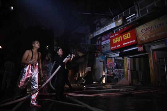 Cháy lớn gần Bệnh viện Nhi Trung ương, khẩn cấp sơ tán bệnh nhân - Ảnh 13.
