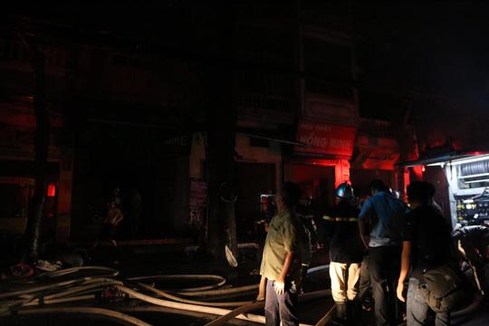 Cháy lớn gần Bệnh viện Nhi Trung ương, khẩn cấp sơ tán bệnh nhân - Ảnh 15.