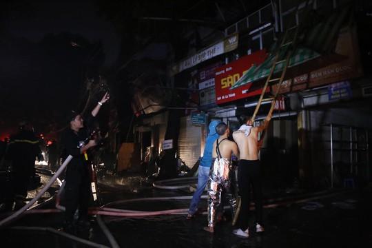 Cháy lớn gần Bệnh viện Nhi Trung ương, khẩn cấp sơ tán bệnh nhân - Ảnh 16.