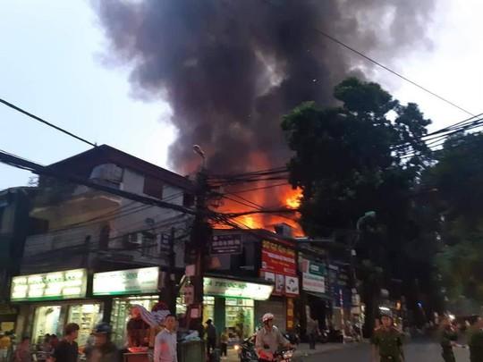 Cháy lớn gần Bệnh viện Nhi Trung ương, khẩn cấp sơ tán bệnh nhân - Ảnh 2.
