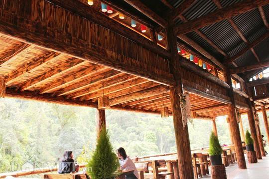 Độc đáo nhà gỗ lớn giữa rừng, không dùng đinh sắt - Ảnh 8.