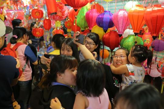 Phố lồng đèn Sài Gòn ngộp thở trước Tết Trung thu - Ảnh 9.