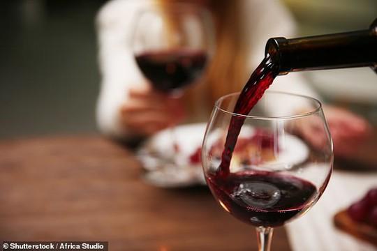 Chữa đau khớp thành công nhờ… rượu - Ảnh 1.