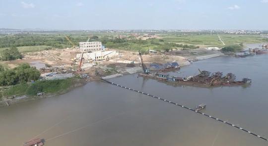 Nhà máy nước mặt sông Đuống hạ thủy thành công tuyến ống qua sông - Ảnh 2.