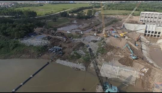 Nhà máy nước mặt sông Đuống hạ thủy thành công tuyến ống qua sông - Ảnh 1.