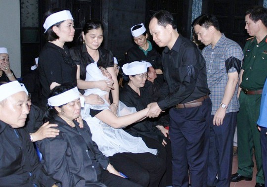 Lãnh đạo Tỉnh ủy Thanh Hóa tới thắp hương và hỏi thăm chia buồn cùng người thân gia đình ông Lê Minh Thông