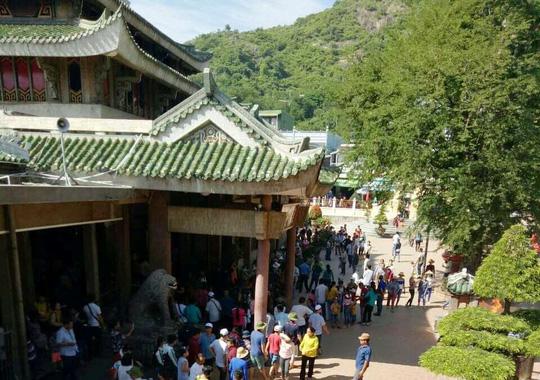 Nghỉ lễ 2-9, du khách nườm nượp đến núi Sam cầu may - Ảnh 2.