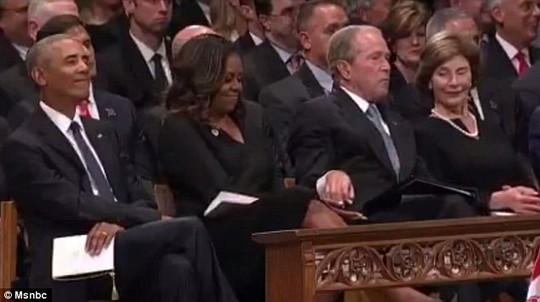 Ông Bush chia kẹo cho bà Obama trong lễ tang TNS McCain - Ảnh 1.