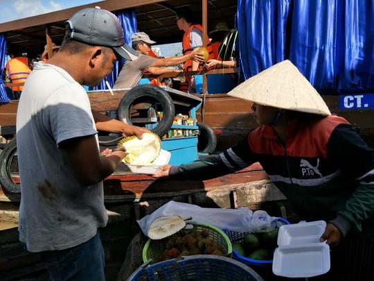Lễ 2-9, chợ nổi Cái Răng, Làng Du lịch Mỹ Khánh chật kín người - Ảnh 16.