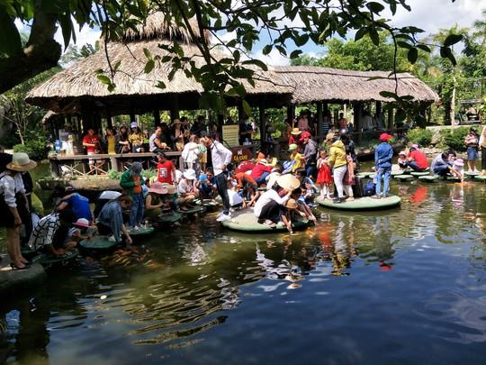 Lễ 2-9, chợ nổi Cái Răng, Làng Du lịch Mỹ Khánh chật kín người - Ảnh 32.