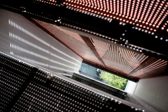 Ngôi nhà rực rỡ như đèn kéo quân ở trung tâm TP.HCM - Ảnh 4.