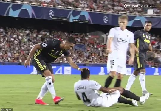 Cựu trọng tài Anh: Thẻ đỏ cho Ronaldo là quá nặng - Ảnh 2.