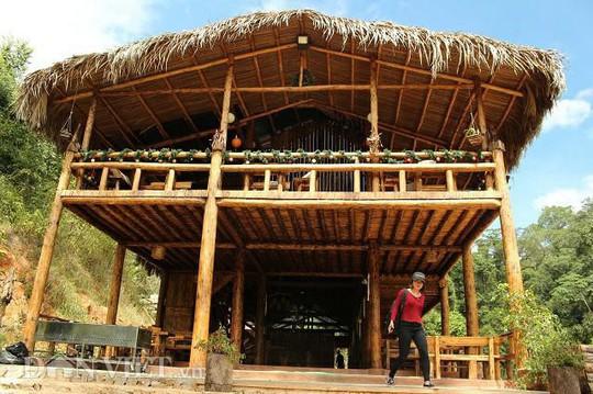 Dựng nhà gỗ lớn giữa rừng, không cần đến đinh - Ảnh 1.