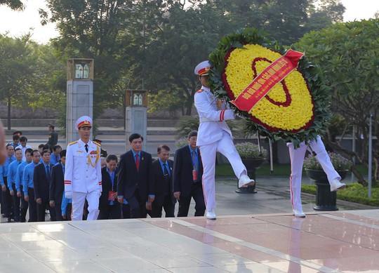 Chùm ảnh đại biểu dự Đại hội XII Công đoàn Việt Nam viếng Lăng Chủ tịch Hồ Chí Minh - Ảnh 5.