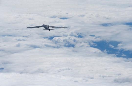 Mỹ điều máy bay ném bom B-52 qua biển Đông - Ảnh 1.