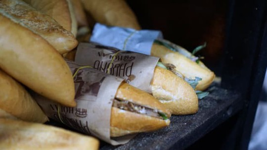Báo Mỹ hết lời ca ngợi bánh mì Việt Nam - Ảnh 4.