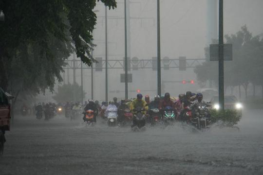 Mưa nhỏ cũng khiến đường vào sân bay ngập lênh láng - Ảnh 3.