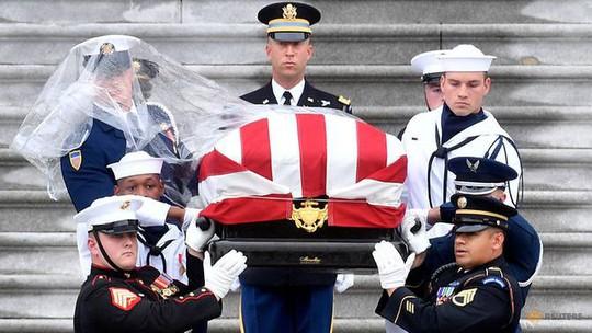 Thượng nghị sĩ McCain được an táng cạnh người bạn thân - Ảnh 6.