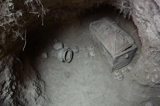 Ô tô sụp hố, lọt xuống mộ cổ 3.400 năm - Ảnh 1.
