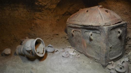 Ô tô sụp hố, lọt xuống mộ cổ 3.400 năm - Ảnh 3.