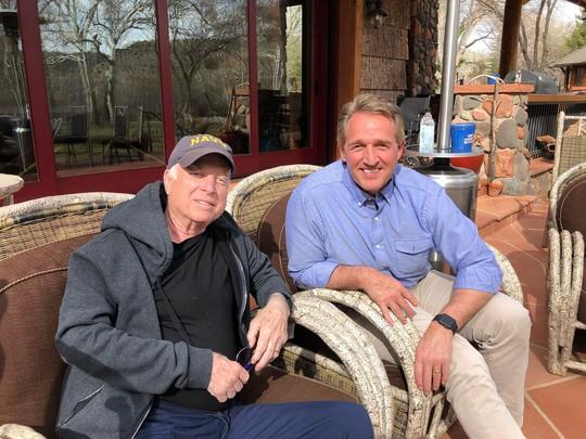 Thượng nghị sĩ McCain được an táng cạnh người bạn thân - Ảnh 4.