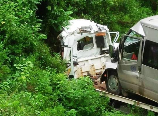 Xe cứu hộ chở xe 16 chỗ lao xuống vực, 2 người tử vong trong cabin - Ảnh 1.