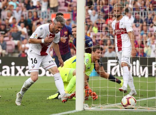 Messi, Suarez tranh đá phạt đền, Barcelona xé nát lưới Huesca - Ảnh 4.