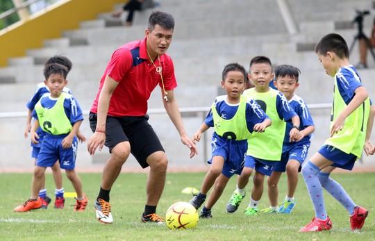 Công Vinh mang bóng đá cộng đồng đến trường học - Ảnh 3.