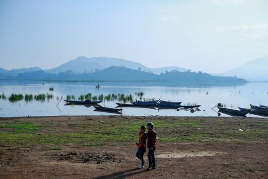 Cưỡi voi, chèo thuyền độc mộc trên hồ nước ngọt lớn nhất Tây Nguyên - Ảnh 1.