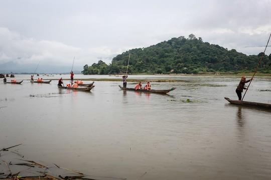 Cưỡi voi, chèo thuyền độc mộc trên hồ nước ngọt lớn nhất Tây Nguyên - Ảnh 2.