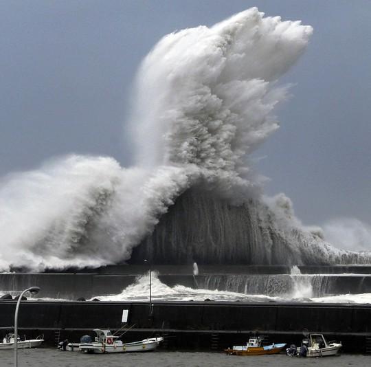"""Bão mạnh nhất 25 năm đổ bộ, Nhật Bản """"nín thở"""" - Ảnh 2."""