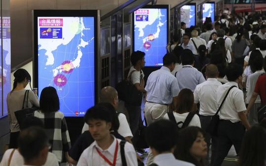 """Bão mạnh nhất 25 năm đổ bộ, Nhật Bản """"nín thở"""" - Ảnh 7."""