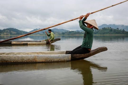Cưỡi voi, chèo thuyền độc mộc trên hồ nước ngọt lớn nhất Tây Nguyên - Ảnh 3.