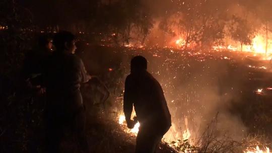 Hàng trăm người trắng đêm chữa cháy rừng ở Quảng Bình - Ảnh 2.