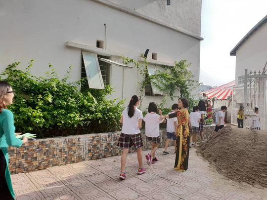 Hà Nội: Sân trường bị đổ đầy cát, gạch, 1.150 học sinh mất chỗ khai giảng - Ảnh 3.
