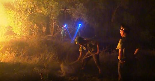 Hàng trăm người trắng đêm chữa cháy rừng ở Quảng Bình - Ảnh 3.