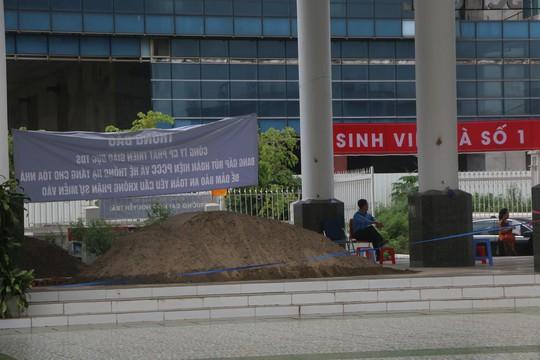 Hà Nội: Sân trường bị đổ đầy cát, gạch, 1.150 học sinh mất chỗ khai giảng - Ảnh 5.