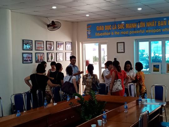 Hà Nội: Sân trường bị đổ đầy cát, gạch, 1.150 học sinh mất chỗ khai giảng - Ảnh 1.
