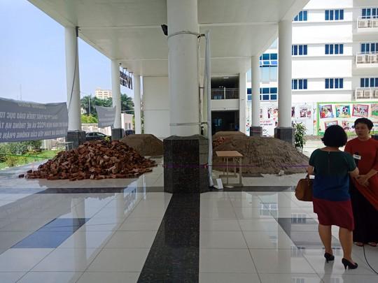 Hà Nội: Sân trường bị đổ đầy cát, gạch, 1.150 học sinh mất chỗ khai giảng - Ảnh 2.